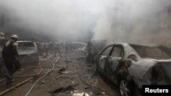 Dân phòng Syria đang cố gắng dập tắt ngọn lửa tại hiện trường của cuộc không kích nhắm vào thành phố Idlib, thành trì của nhóm phiến quân, ngày 10/8/2016.