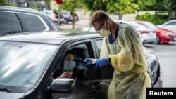 Seorang warga menjalani tes virus corona (Covid-19) setelah penyakit itu merebak lagi di Austin, Texas, 28 Juni 2020. (Foto: Reuters)