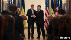 AQSh Davlat kotibi Jon Kerri Ukraina rahbari Petro Poroshenko bilan, Kiyev, 5-fevral, 2015