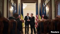 克里國務卿星期四在基輔與烏克蘭總統波羅申科舉行會談