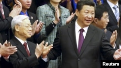 Presiden China Xi Jinping (depan kanan) dan ketua Partai Komunis Vietnam yang berkuasa, Nguyen Phu Trong (depan kiri) di Beijing, 7 April 2015. (REUTERS/China Daily)