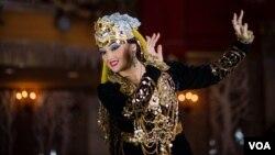 """Nyu-Yorklik raqqosa Zamira Salim va """"O'zbekiston gullari"""" raqs dastasi"""