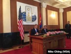 ລັດຖະມົນຕີຕ່າງປະເທດ ສະຫະລັດ John Kerry, ຊ້າຍ, ກັບ ລັດຖະມົນຕີຕ່າງປະເທດ ມົງໂກເລຍ Lundeg Purevsuren ເຂົ້າຮ່ວມກອງປະຊຸມ ຖະແຫລງຂ່າວ ທີຈັດຂຶ້ນຢູ່ທີ່ກະຊວງການຕ່າງປະເທດ ມົງໂກເລຍ ໃນນະຄອນ Ulaanbaatar ຂອງມົງໂກເລຍ, ວັນທີ 5 ມິຖຸນາ 2016.