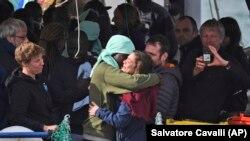 Мігрант обіймає члена екіпажу рятувального корабля. Катанія, Італія, 31 січня 2019 року