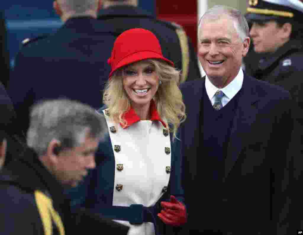 Cựu phó Tổng Thống Hoa Kỳ, Dan Quayle (phải) đến dự lễ nhậm chức của ông Donald Trump, U.S. Capitol, Washington, 20 tháng Giêng. (REUTERS/Carlos Barria)
