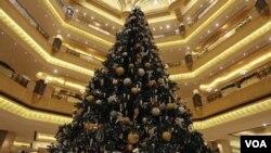 El árbol está adornado con ornamentos de oro y piedras preciosas.