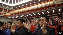 9일 북한 평양 4.25 문화회관에서 열린 7차 노동당 대회에서 대의원들이 박수를 치고 있다.