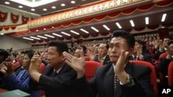 지난 9일 북한 평양 4.25 문화회관에서 열린 7차 노동당 대회에서 대의원들이 박수를 치고 있다. (자료사진)