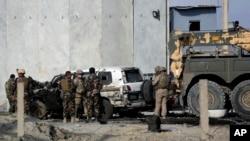 美军和阿富汗安全部队在喀布尔一处自杀袭击现场交谈。(2014年10月13日)