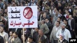 Người biểu tình hô khẩu hiệu phản đối Tổng thống Ai Cập Hosni Mubarak tại al Manoura, ngày 8/2/2011
