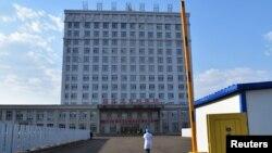 位於中國黑龍江省與俄羅斯邊境地區的綏芬河市為醫治新冠病人把一座辦公樓改建為臨時醫院(2020年4月12日)
