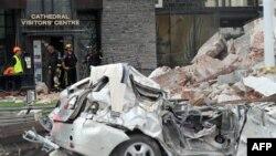 250 du khách nước ngoài và hơn 100 người New Zealand đã được đưa bằng xe bus đến viếng các tòa nhà đổ nát tại trung tâm thành phố Christchurch