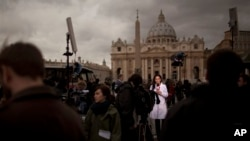 12일 가톨릭 교황 선출을 위한 추기경단 비밀회의 '콘클라베'가 시작된 가운데, 바티칸 시스티나 성당 앞에 각 국 취재진이 몰려있다.