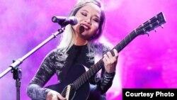 Hình ảnh của Mai Khôi trên sân khấu thường là cùng với cây đàn guitar (ảnh tư liệu)