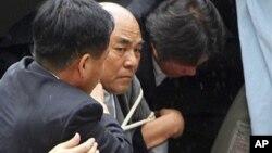 Полицейские доставили Ро Су Хи (в центре) в полицейский участок города Пхачжу в Южной Корее. 5 июля 2012 г.