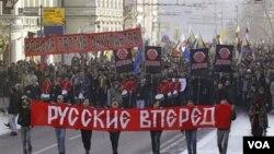Para pendukung gerakan ultranasionalis Rusia berdemonstrasi di jalanan (foto: dok).