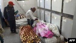 Des corps des victimes à la morgue locale dans la ville touristique d'Essaouira, dans l'ouest du Maroc, 20 novembre 2017.