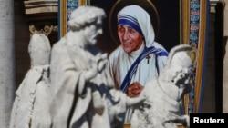印有特蕾莎修女图样的壁毯挂在梵蒂冈圣彼得大教堂前(2016年9月4日)