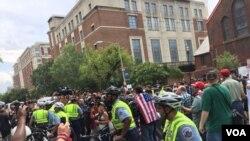 Marchas de ultraderechistas y antifascistas en Washington DC, en el aniversario del mitin de nacionalistas blancos en 2017 que terminó en violencia en Charlottesville, VA. (Alejandra Arredondo, VOA.)