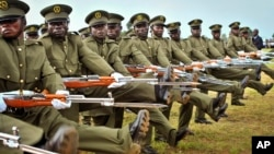 Soldados de la Fuerza de Defensa del Pueblo de Uganda durante un desfile en el día de su independencia.