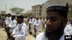 Sĩ quan hải quân Pakistan tưởng nhớ các đồng nghiệp bị thiệt mạng trong cuộc tấn công căn cứ PNS Mehran ở Karachi
