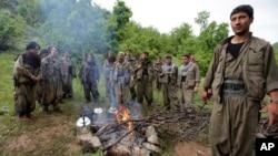 지난 5월 터키와 이라크 국경지역에서 휴식 중인 쿠르드 민주동맹당(PKK) 병사들. (자료사진)