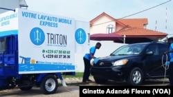 Service express de lavage de voiture, à Cotonou, Benin, le 1er juin 2018. (VOA/Ginette Adandé Fleure)