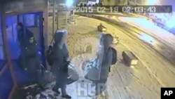 Ảnh trích từ video được đài truyền hình Thổ Nhĩ Kỳ phổ biến hôm Chủ nhật, 1/3/15, cho rằng đây là hình ảnh 3 cô gái Anh mất tích có mặt ở Istanbul