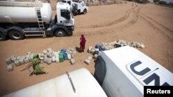 聯合國在蘇丹達爾富爾地區分發食水(資料圖片)