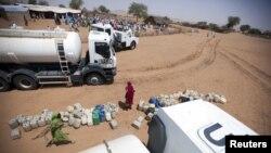 維和人員在達爾富爾地區援助難民