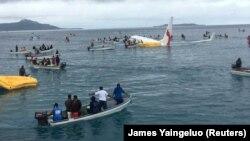 Cảnh giải cứu người từ chuyến bay của Air Niugini gặp nạn ở Micronesia, 28/9/2018