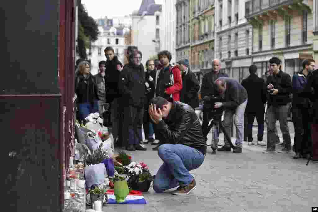 فرانس میں ایک شخض اپنے پیاروں کی یاد میں غم سے نڈھال ہے۔