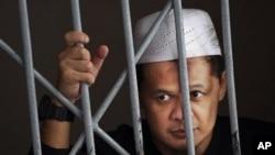 Tersangka militan Abdullah Sunata di belakang sel menunggu vonis pengadilan di Jakarta. (Foto: Dok)