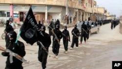 Cette image d'archives montre des combattants du groupe Etat Islamique à Raqqa, Syrie.