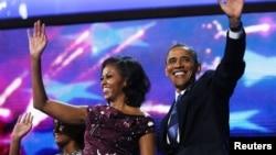 President Barack Obama dan ibu negara Michelle Obama melambai kepada peserta konvensi di Charlotte, North Carolina setelah menerima nominasi resmi Partai Demokrat sebagai Capres dalam pilpres AS November mendatang (6/9).