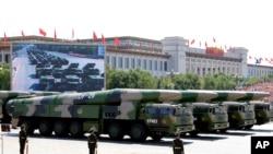 中国在2015年9月3日纪念日本二战投降70周年阅兵式上展示的东风-26型中程弹道导弹。