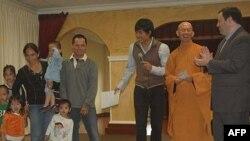 Hình chụp với một gia đình người Việt tị nạn, Thầy Thích Nguyên Thảo, Trụ trì Chùa Hoa Nghiêm và Bộ trưởng Bộ Di trú Canada Jason Kenney