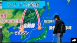 Yapon xəbər proqramında Şimali Koreyanın raket sınağının trayektoriyası nümayiş etdirilir. Tokyo, 29 noyabr, 2017.