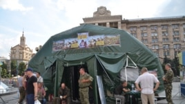 Protester tents are replaced by a Ukrainian Army recruitment tent, Independence Square, Kyiv, Ukraine, Aug. 11, 2014. (Jamie Dettmer/VOA)