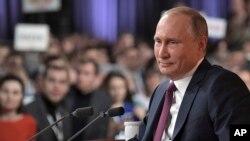 El pesidente ruso, Vladimir Putin, dijo que Moscú continuará cumpliendo los acuerdos de control de armas y desarrollará sus fuerzas armadas sin entrar en una carrera armamentista.