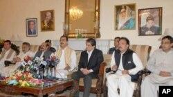 وزیراعظم یوسف رضا گیلانی کراچی میں صحافیوں سے باتیں کرتے ہوئے