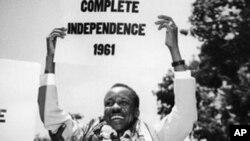 Rais wa kwanza wa Tanzania Julius Nyerere akibeba bango kutangaza Uhuru wa Tanganyika.