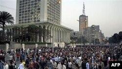 Tín đồ Cơ Ðốc giáo tuần hành đến trước Bộ Ngoại giáo Ai Cập để phản đối sau vụ nổ bom đẫm máu nhắm vào nhà thờ Cơ Ðốc giáo hồi tháng 1