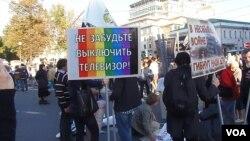 2014年9月莫斯科爆发大规模反政府示威,抗议官方宣传和煽动对乌克兰的战争。游行开始前,有示威者手举标语呼吁人们关掉电视,抵制宣传。(美国之音白桦拍摄)