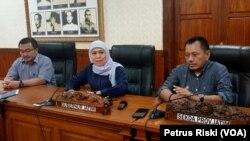Gubernur Jawa Timur Khofifah Indar Parawansa memberikan keterangan pers di Gedung Negara Grahadi terkait kegiatan belajar-mengajar di Jawa Timur, Minggu 15 Maret 2020. (Foto: Petrus Riski/VOA)