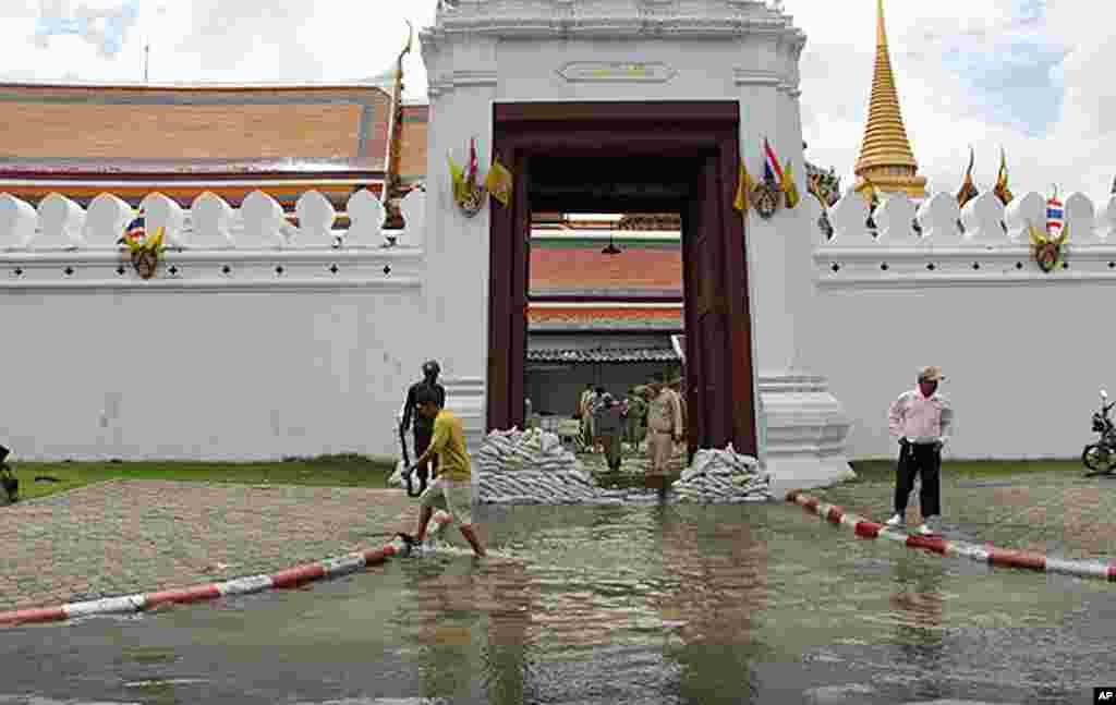 军人在曼谷名胜玉佛寺前用沙袋和水泵抗洪