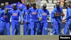 بھارت کی کرکٹ ٹیم کے کھلاڑیوں نے فوجی طرز کی ٹوپیاں پہنی ہوئی ہیں۔ 8 مارچ 2019