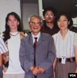 中国老报人胡绩伟1993年访问美国之音中文部