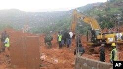Rescatistas buscan supervivientes tras el deslizamiento de lodo en Regent, al este de Freetown, Sierra Leona, el lunes, 14 de agosto de 2017.
