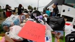 Demonstranti dijele igračke za djecu imigrante